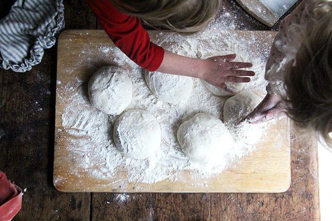 Six rounds of pizza dough all balled up.