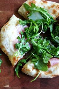 pizza with prosciutto and arugula