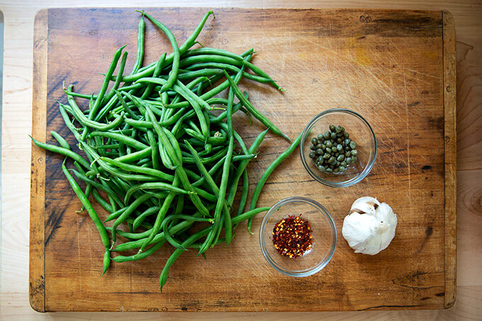 Ingredients for spicy, blistered green beans with garlic.