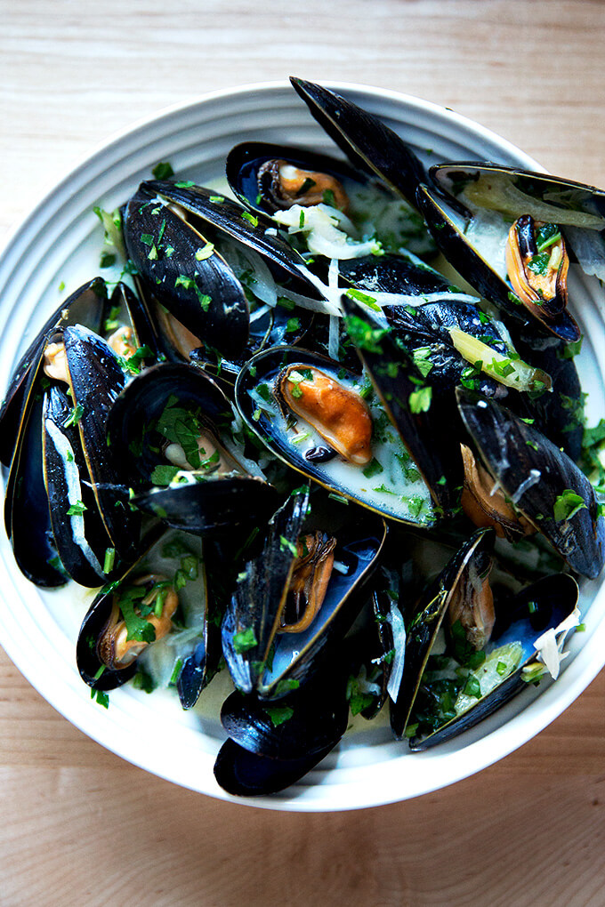 A bowl of steamed mussels.