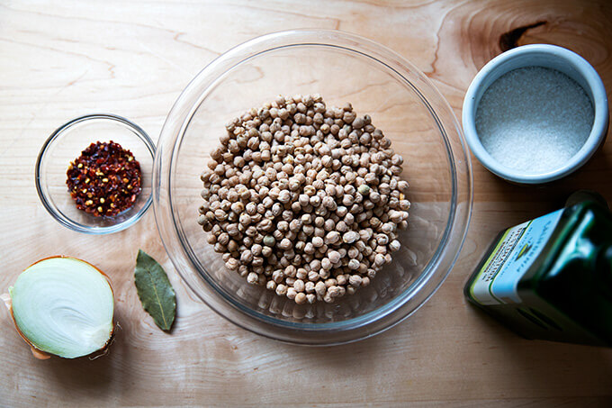 Ingredients to make slow cooker chickpeas.