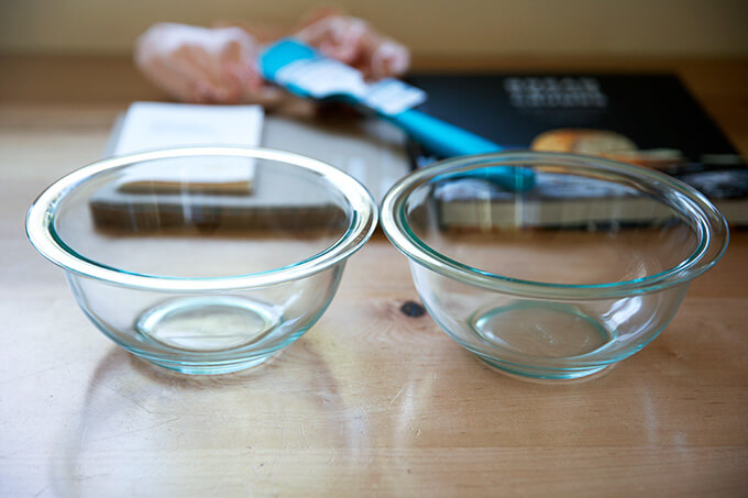 Two 1-qt pyrex bowls.